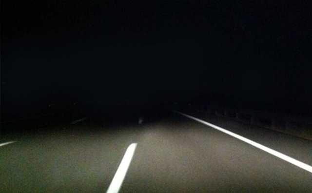 rêver de conduire sur une route sombre