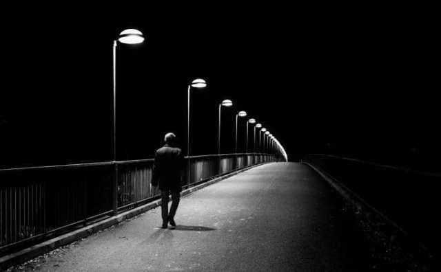 rêver de marcher dans une rue sombre