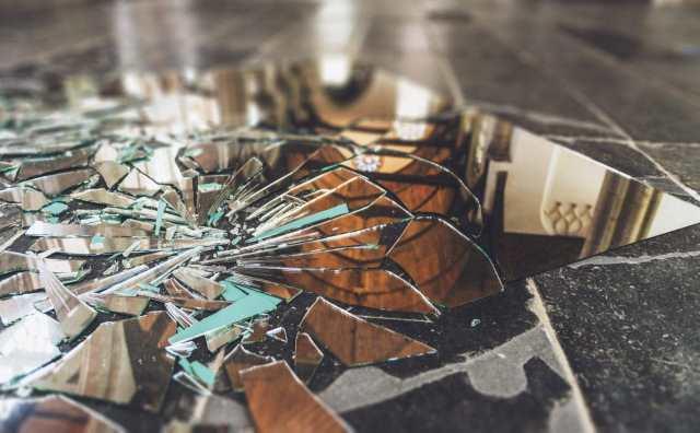 Superstition et miroir : toutes les croyances sur le miroir brisé